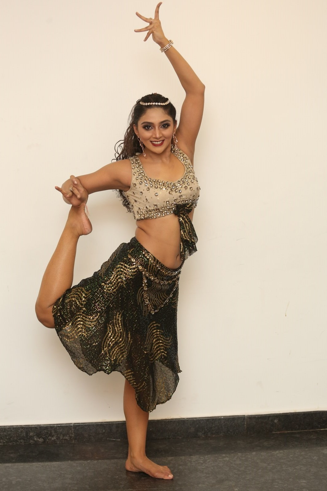 Actress Natasha Doshi oozing Omph in Dance Moves (6)